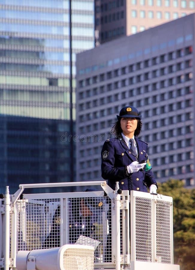 Ufficiale di polizia della donna che sta sulla torre e che tiene un ordine fotografia stock