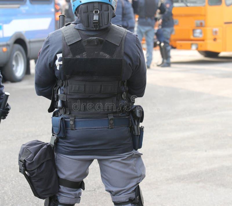 Ufficiale di polizia e giubbotto antiproiettile di tumulto durante la protesta fotografia stock libera da diritti