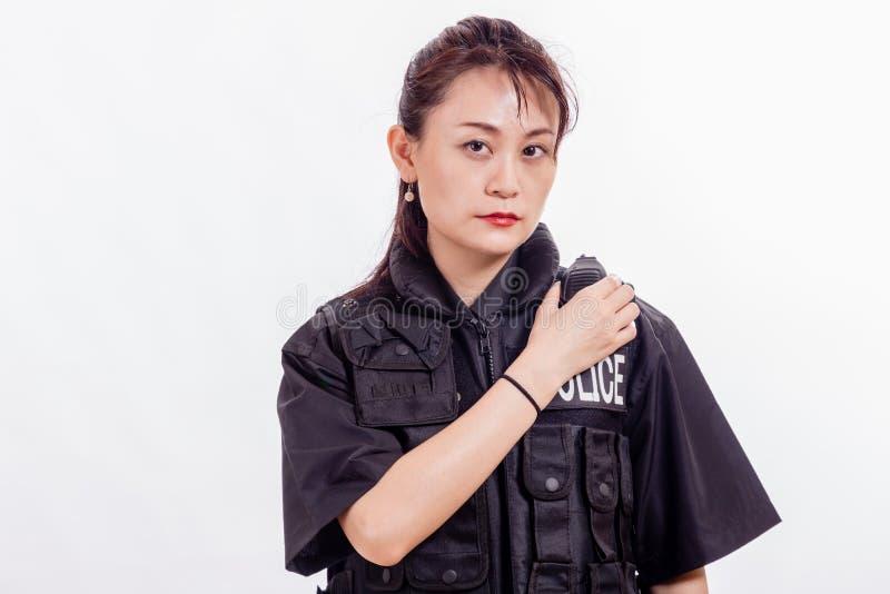 Ufficiale di polizia femminile cinese sulla radio immagine stock