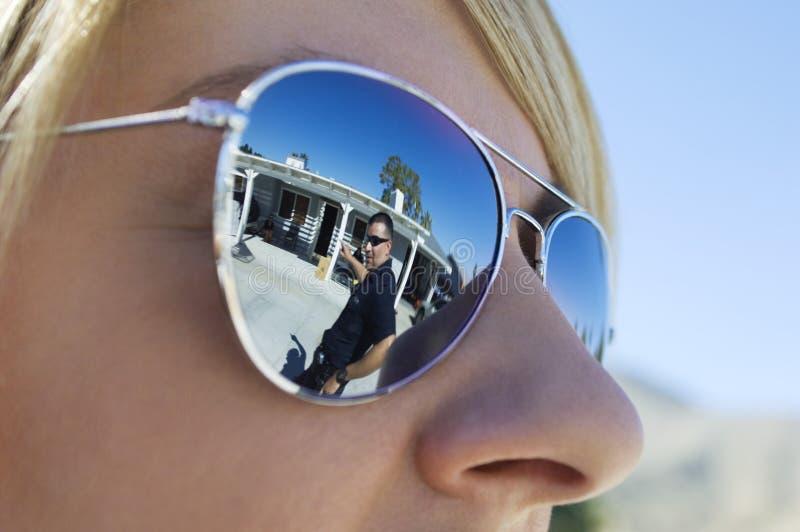 Ufficiale di polizia Reflected in occhiali da sole immagini stock libere da diritti