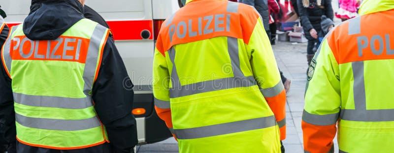 Ufficiale di polizia tedesco all'operazione pubblica immagine stock libera da diritti