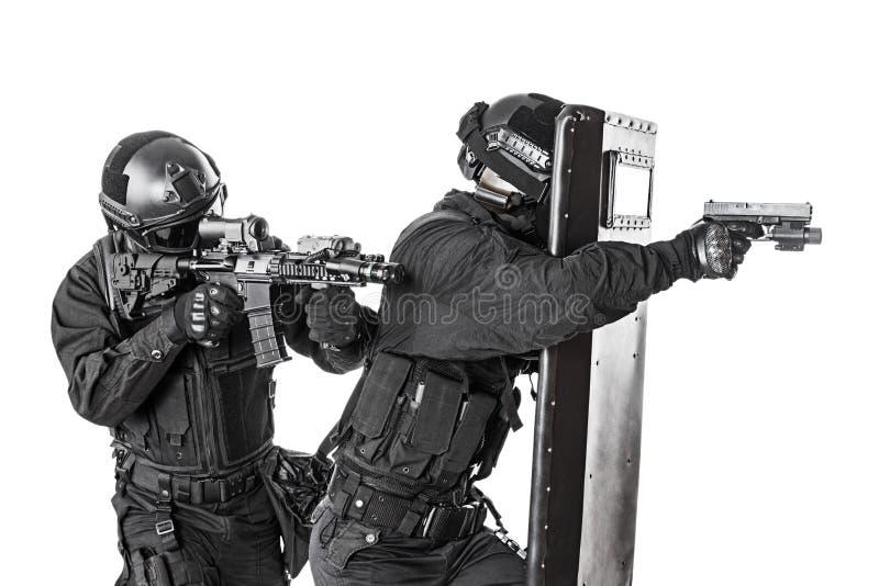 Ufficiali dello SCHIAFFO con lo schermo balistico immagine stock libera da diritti