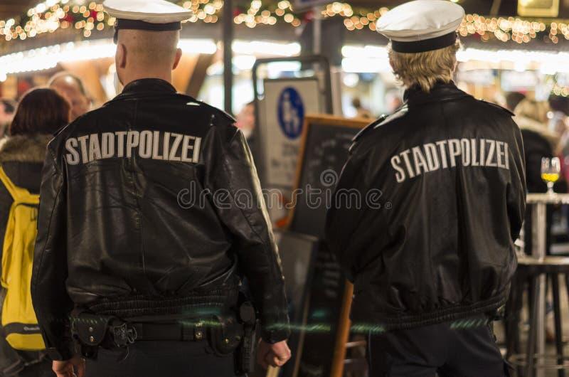 Ufficiali di polizia al mercato tedesco di Natale immagini stock libere da diritti