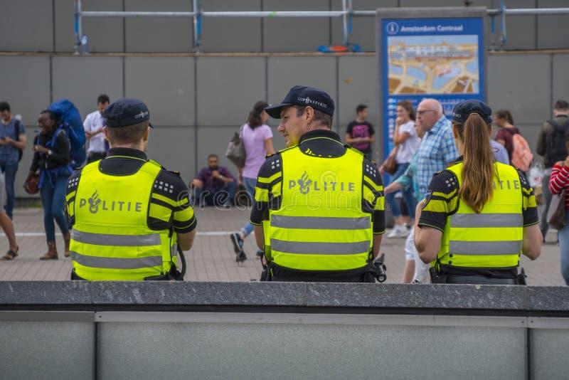 Ufficiali di polizia di Amsterdam alla stazione centrale - AMSTERDAM - I PAESI BASSI - 20 luglio 2017 fotografia stock
