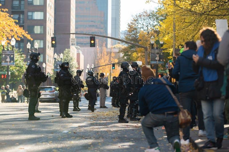 Ufficiali di polizia in attrezzatura antisommossa alla dimostrazione politica immagine stock libera da diritti