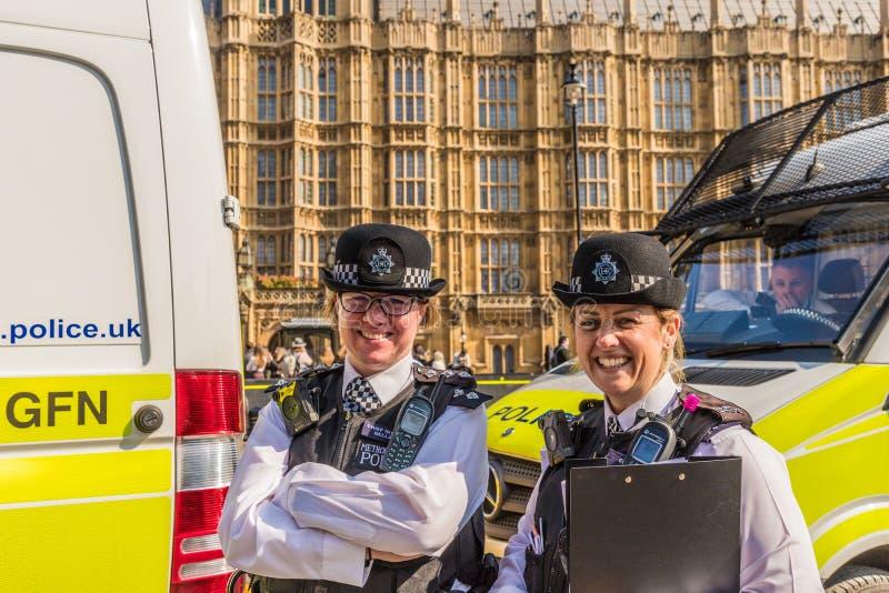 Ufficiali di polizia nel quadrato Londra del Parlamento fotografie stock
