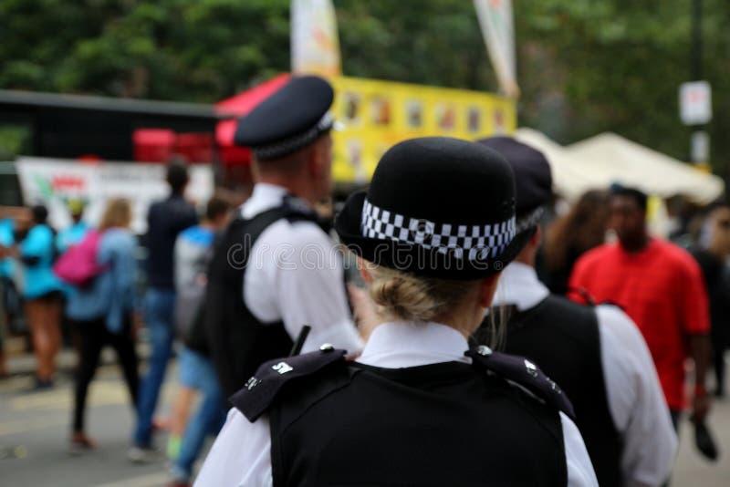 Ufficiali di polizia in servizio su una via del centro urbano durante l'evento speciale fotografia stock