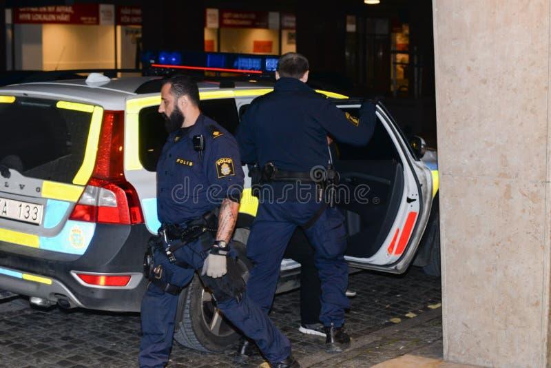 Ufficiali di polizia svedesi con l'automobile fotografia stock
