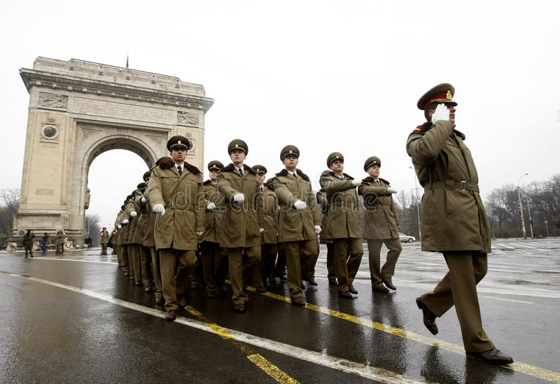 Ufficiali militari di parata all'arco trionfale fotografia stock