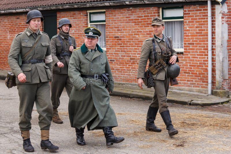 Ufficiali tedeschi che ispezionano le truppe immagine stock libera da diritti