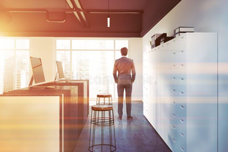 Ufficio bianco, uomo di pietra di vista laterale della tavola di ricezione fotografia stock libera da diritti