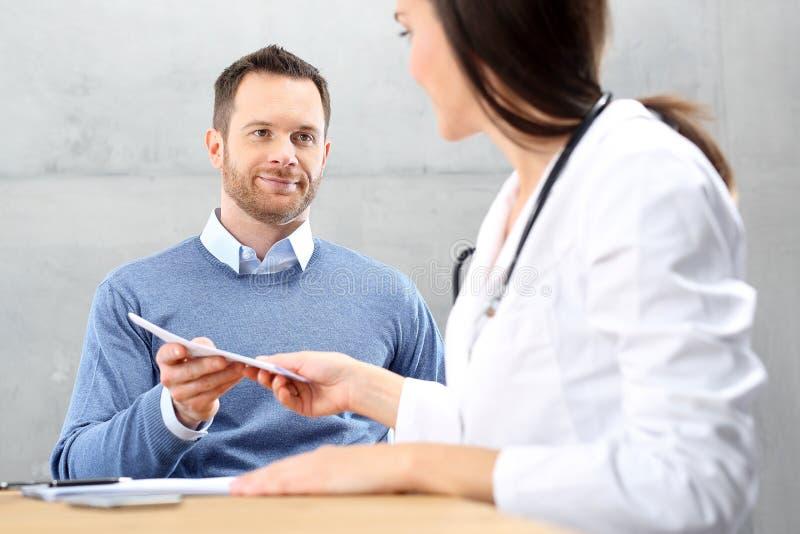Ufficio del ` s di medico Prescrizione per le medicine, un paziente all'ufficio del ` s di medico immagini stock