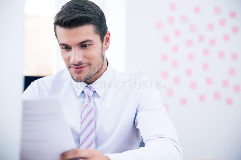 Ufficio di Reading Document In dell'uomo d'affari fotografia stock libera da diritti
