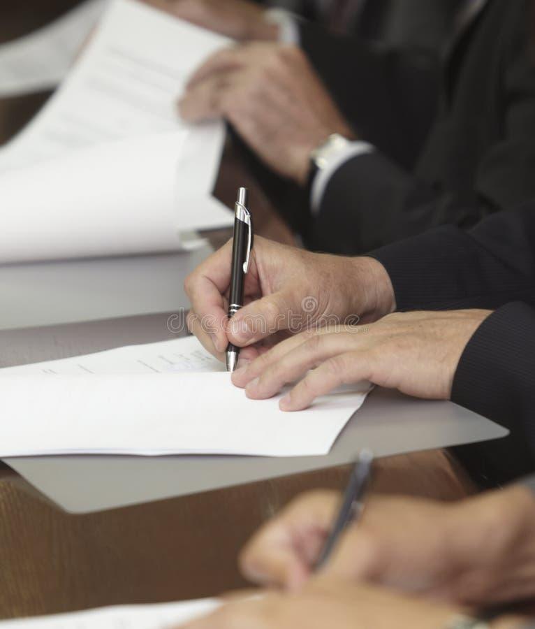 Ufficio di sign di affari del contratto dell'impronta immagine stock