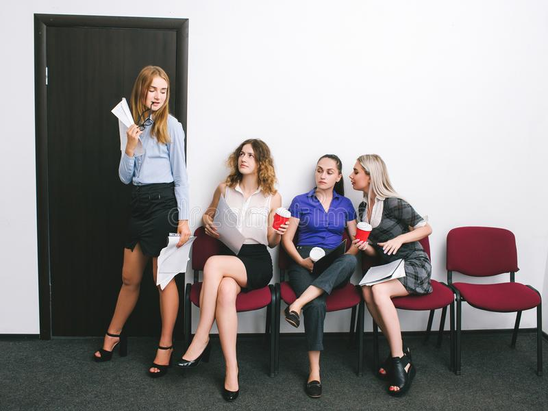 Ufficio di soddisfazione del concorso del ` s delle donne di invidia fotografia stock