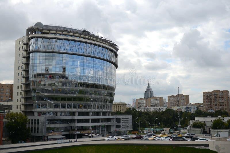 Ufficio e centro di affari multifunzionale Diamond Hall e ` russo di canzone del ` del teatro musicale sul viale olimpico di Mosc immagine stock libera da diritti