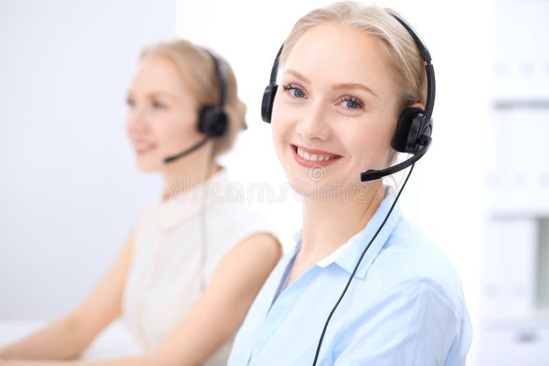 Download Ufficio Luminoso Della Call Center Due Donne Bionde In Una Cuffia Avricolare Fotografia Stock - Immagine di telemarketing, consulente: 117978480