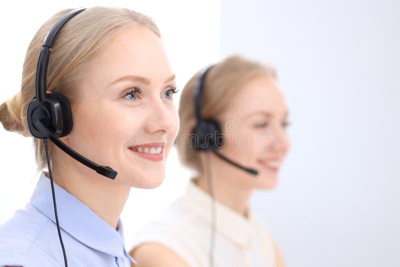 Download Ufficio Luminoso Della Call Center Due Donne Bionde In Una Cuffia Avricolare Immagine Stock - Immagine di bello, ufficio: 117978515
