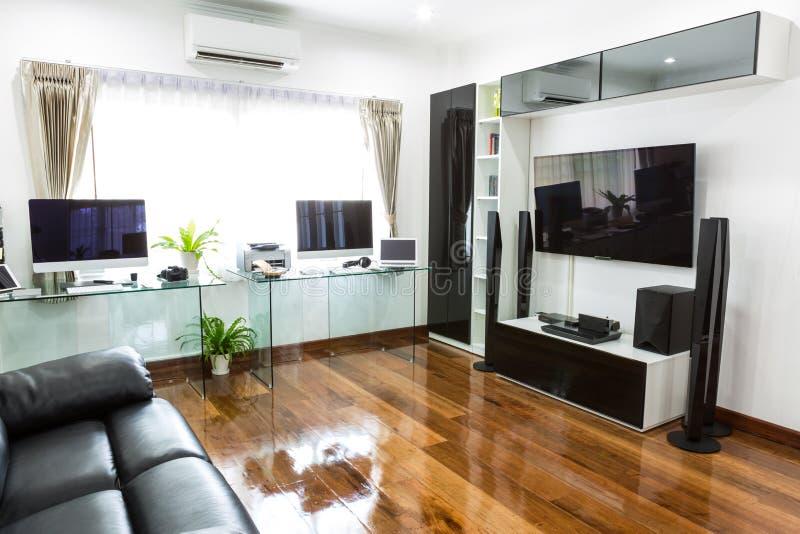 Ufficio moderno con il computer e labtop con il teatro domestico fotografia stock
