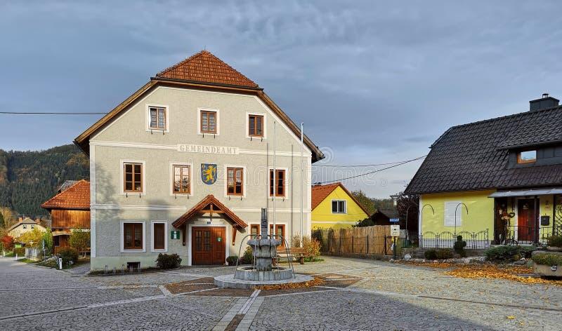 Ufficio municipale nel centro edificato Città di Grossraming, stato dell'Austria settentrionale, Europa fotografia stock libera da diritti