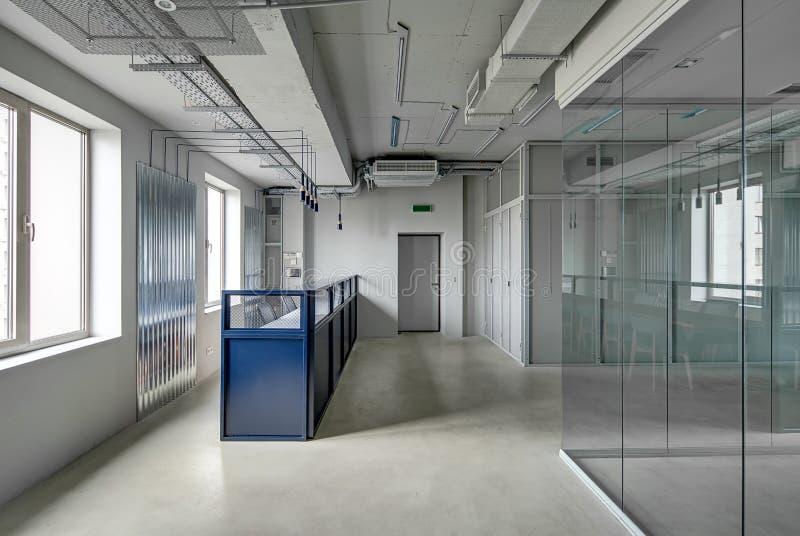 Ufficio nello stile del sottotetto fotografia stock libera da diritti