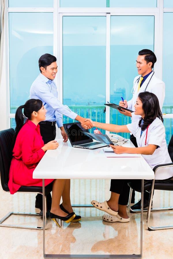 Ufficio paziente asiatico di medico di consultazione immagine stock libera da diritti