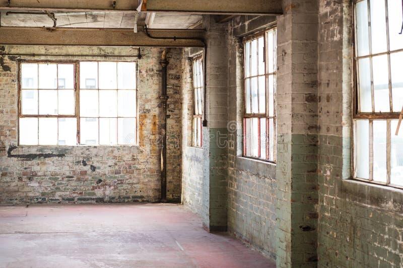 Ufficio vuoto del magazzino o area commerciale, fondo industriale immagine stock