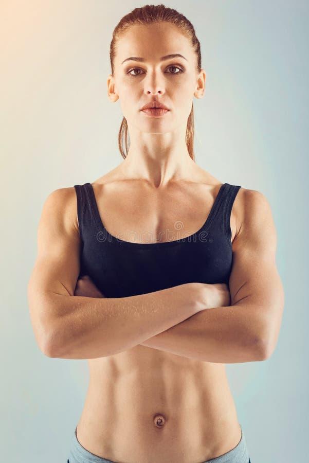 Ufna żeńskiej atlety pozycja z rękami krzyżować fotografia royalty free