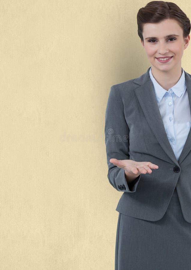 Ufna bizneswoman ofiary ręka przeciw żółtemu tłu obrazy stock