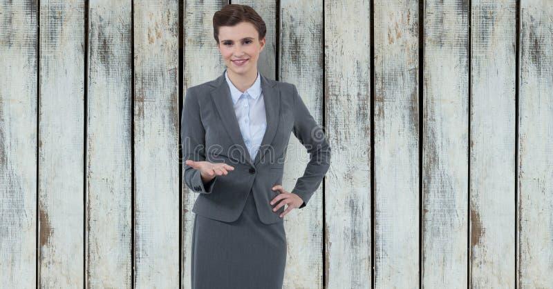 Ufna bizneswoman ofiary ręka przeciw drewnianej ścianie zdjęcie stock