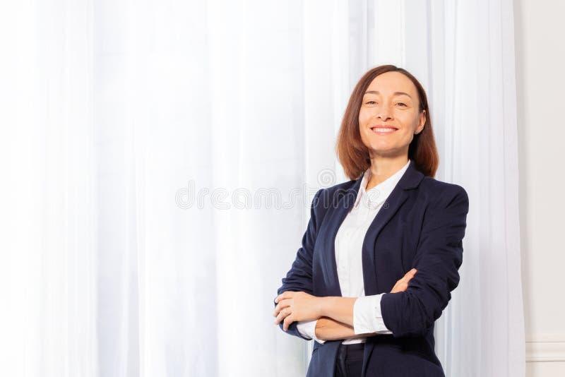 Ufna bizneswoman pozycja z rękami krzyżował portret zdjęcia stock