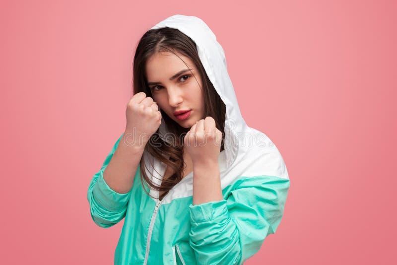 Ufna bokserska dziewczyna na menchiach fotografia stock