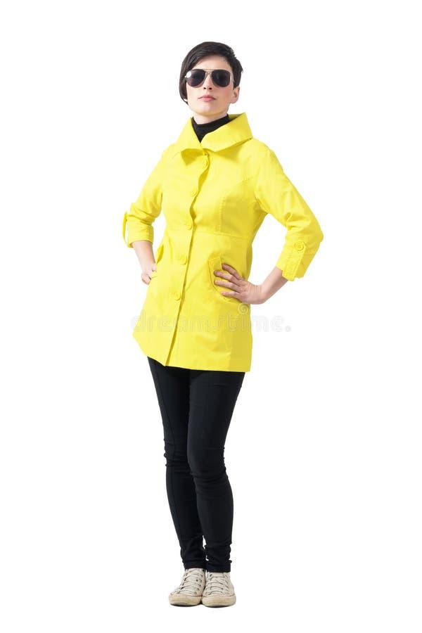 Ufna dumna kobieta patrzeje kamerę w jesieni odziewa z okularami przeciwsłonecznymi fotografia royalty free