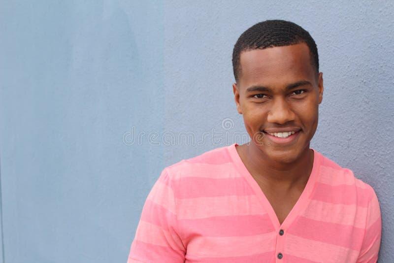 Ufna i pomyślna afroamerykańska młoda samiec fotografia stock
