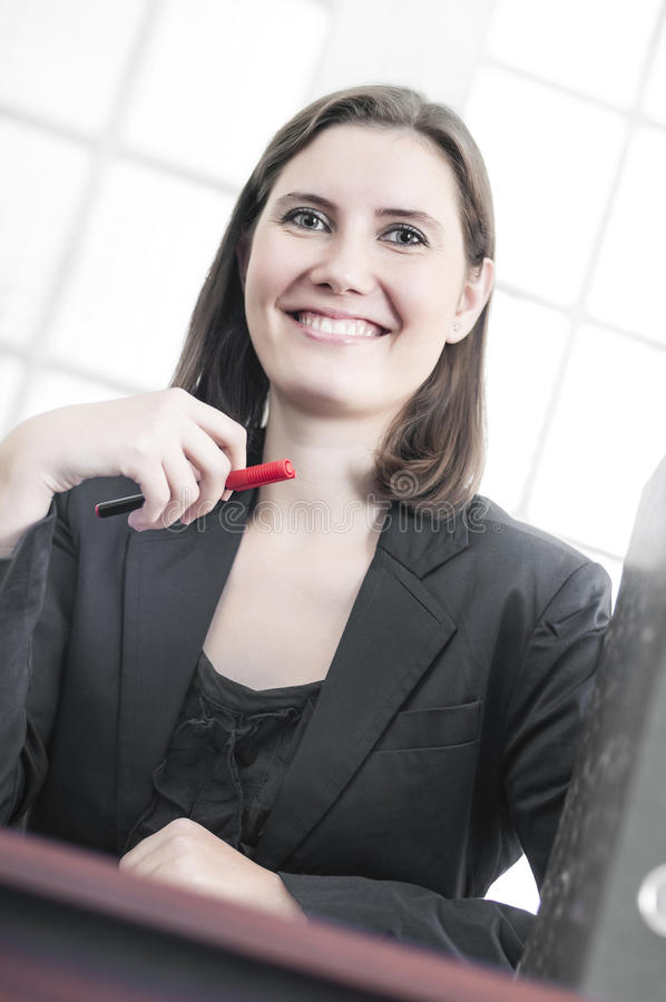 Ufna i uśmiechnięta biznesowa kobieta fotografia royalty free