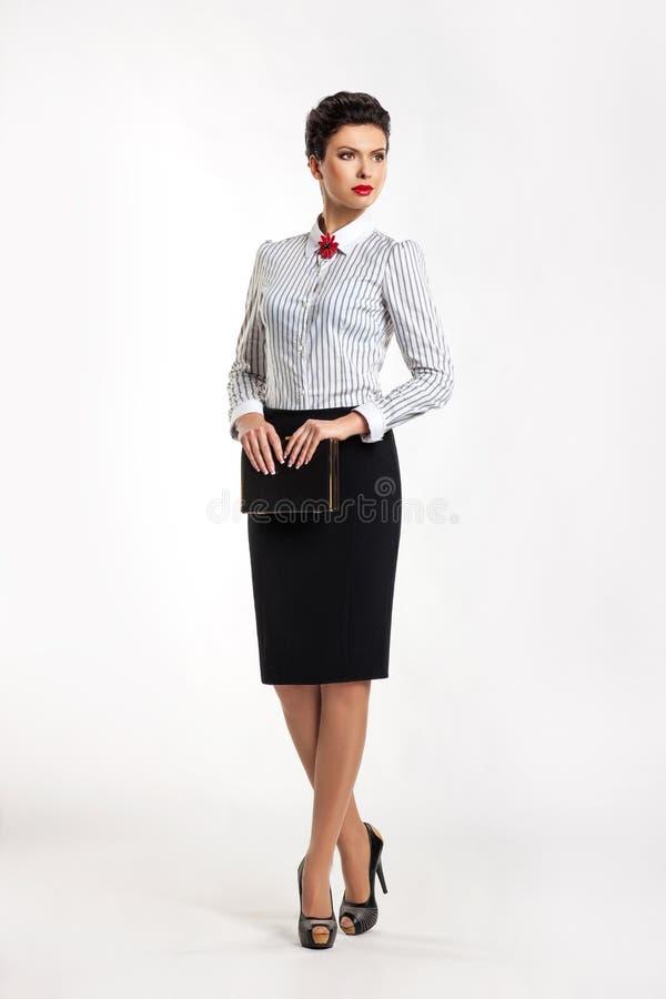 Ufna kobieta w garniturze w biurze zdjęcia stock