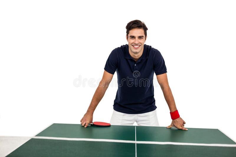 Ufna męska atleta opiera na ciężkim stole obrazy royalty free