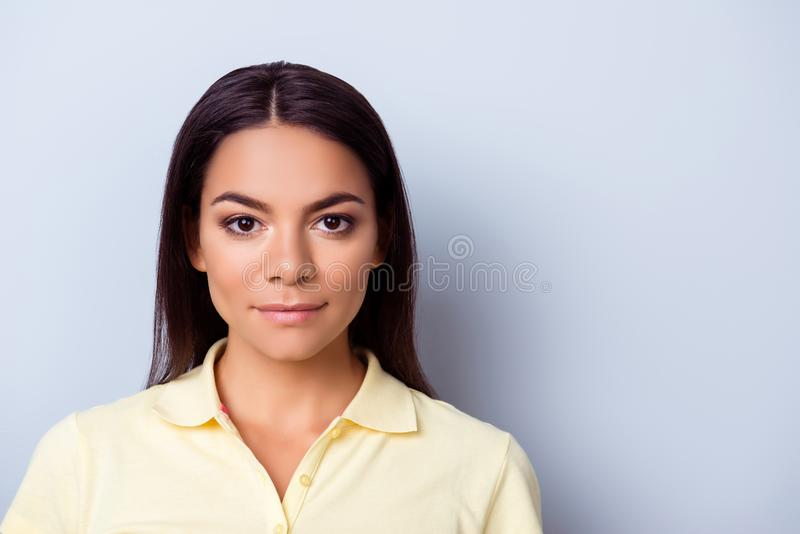Ufna młoda hispanc kobieta w przypadkowych ubraniach na czystym świetle bl fotografia royalty free