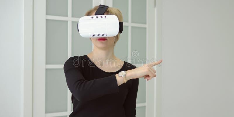 Ufna młoda kobieta w rzeczywistości wirtualnej słuchawki obrazy stock