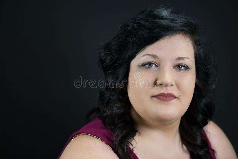 Ufna młoda kobieta z niebieskimi oczami i Czerwonymi amorek wargami obraz royalty free