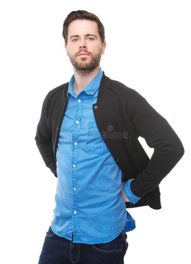 Ufna młody człowiek pozycja przeciw odosobnionemu białemu tłu