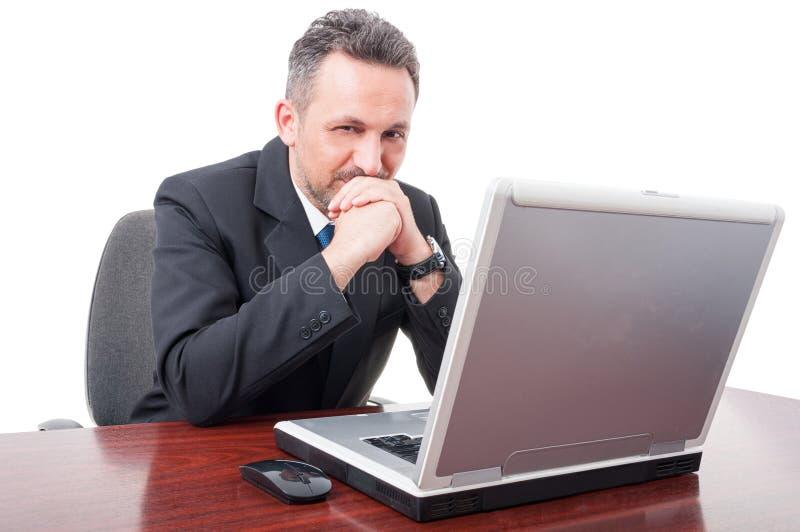 Ufna makler pozycja na jego biurku fotografia stock