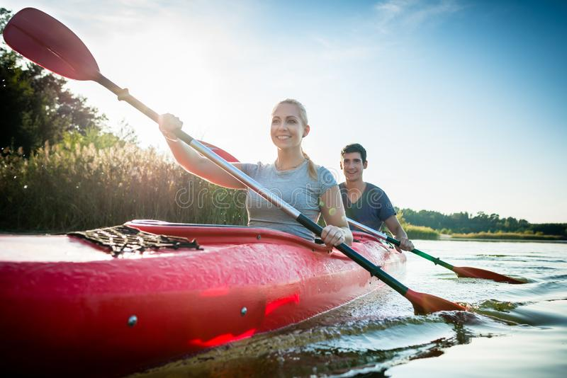 Ufna para paddling nad jeziorem zdjęcie stock