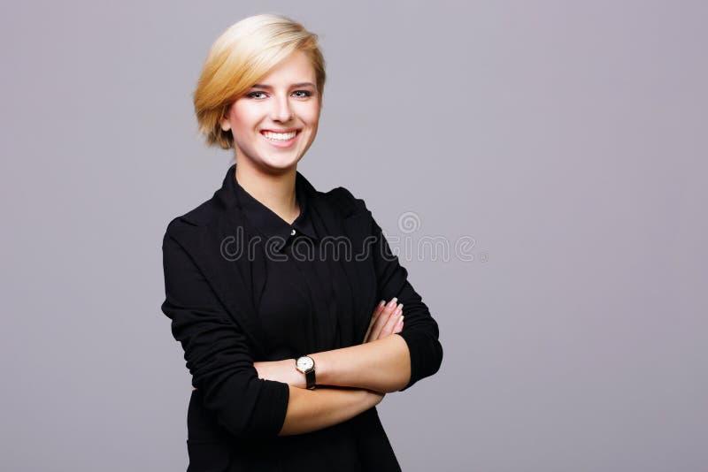 Ufna piękna młoda kobieta z rękami składać obrazy royalty free