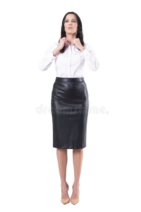 Ufna pomy?lna korporacyjna kobieta dostaje gotowy dla pracy przystosowywa ko?nierz przygl?daj?cego w g?r? obraz royalty free