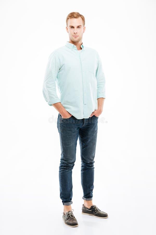 Ufna przystojna młody człowiek pozycja z rękami w kieszeniach zdjęcie stock