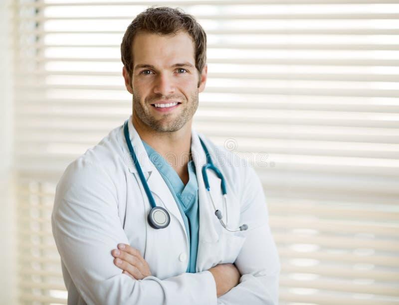 Ufna samiec lekarka Z rękami Krzyżować zdjęcie royalty free