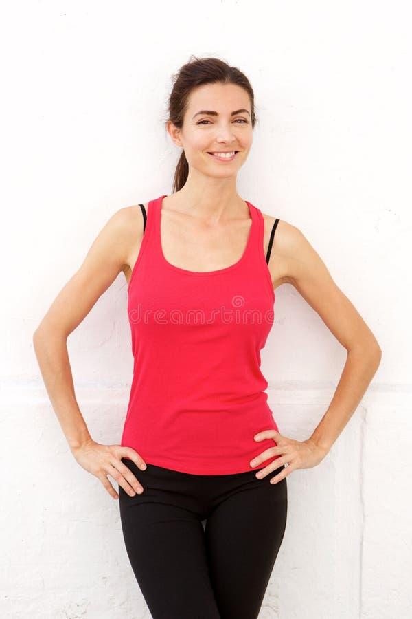 Ufna sport kobiety pozycja biel ścianą zdjęcie stock