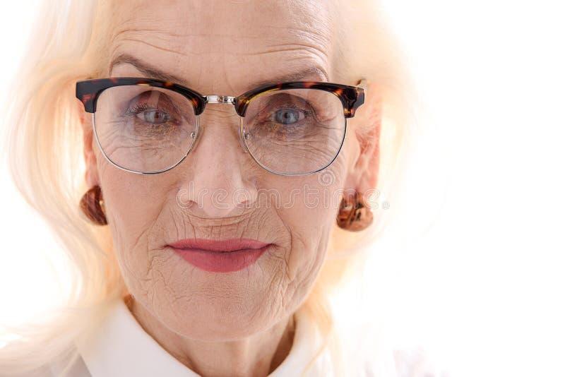Ufna stara kobieta w eyewear zdjęcie stock