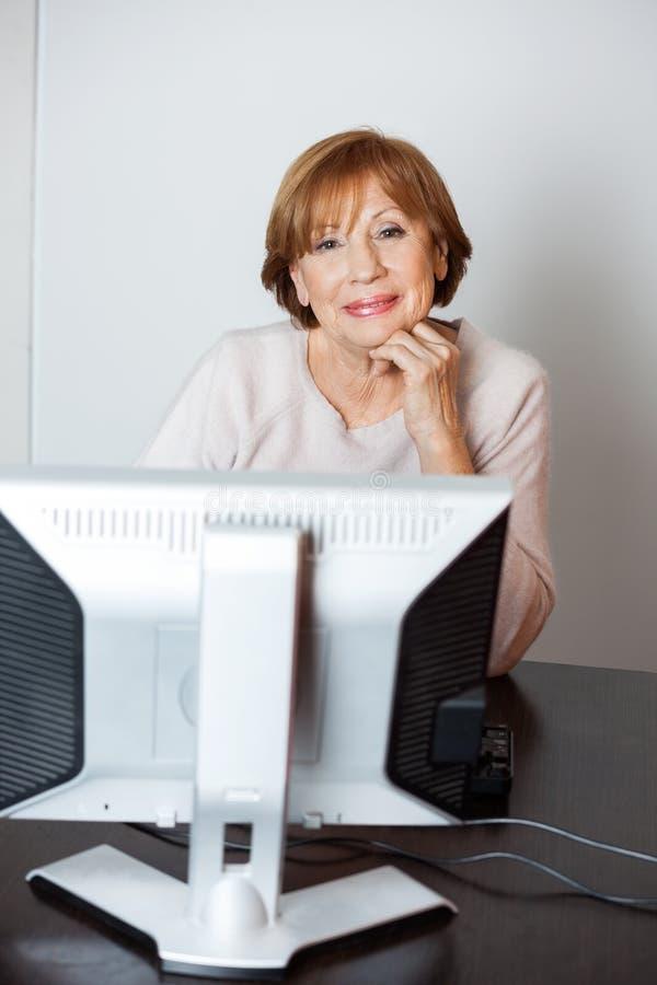 Ufna Starsza kobieta Używa komputer W klasie fotografia royalty free